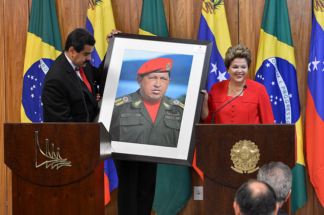https://i2.wp.com/upload.wikimedia.org/wikipedia/commons/thumb/6/67/Dilma_Rousseff_receiving_a_Hugo_Ch%C3%A1vez_picture_from_Nicol%C3%A1s_Maduro.jpg/640px-Dilma_Rousseff_receiving_a_Hugo_Ch%C3%A1vez_picture_from_Nicol%C3%A1s_Maduro.jpg