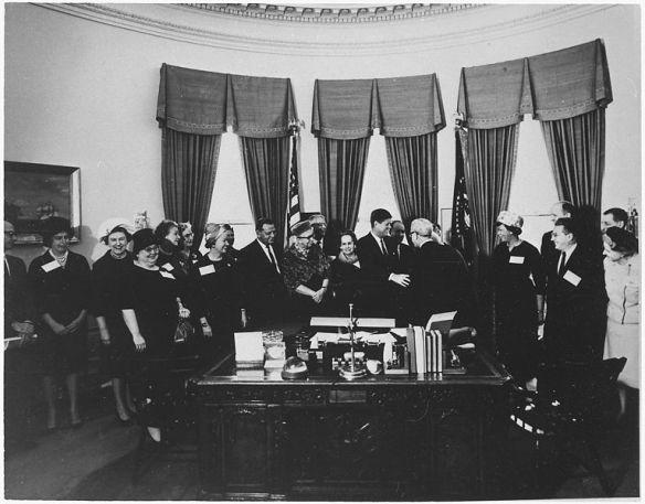 File:Eleanor Roosevelt and John F. Kennnedy (President's Commission on the Status of Women) - NARA - 196594.jpg
