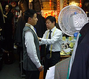 English: A tailor at work in Hong Kong. Deutsc...