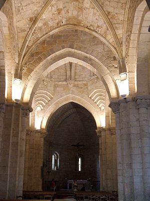 English: Nave central y cabecera de la iglesia...