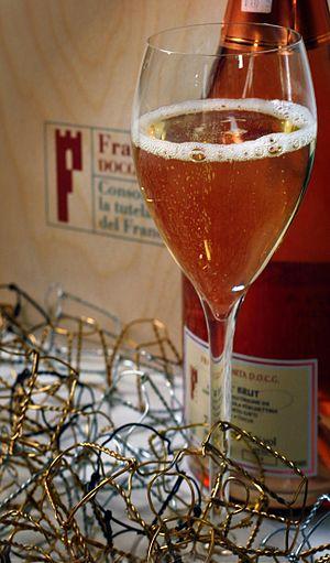 Italiano: Un calice di Franciacorta Rosé