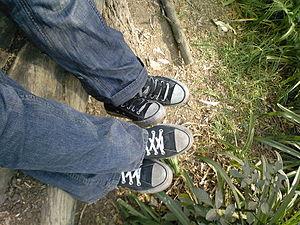 English: Friends wearing converse Español: Ami...
