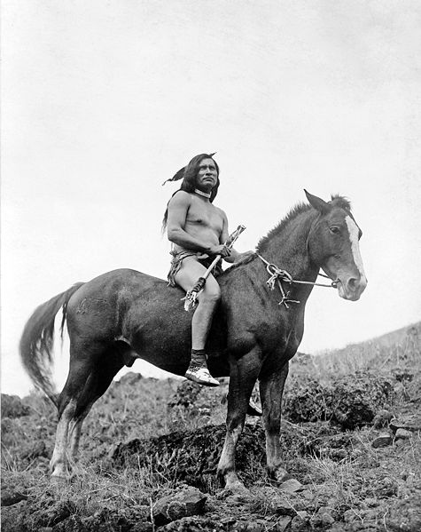 Archivo:Nez Perce warrior on horse.jpg