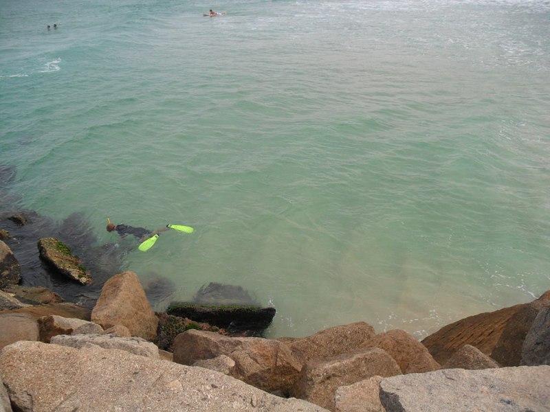 Barra da Tijuca, mergulhador próximo aos molher do píer da Barra.JPG