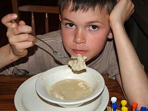 """Deutsch: Ein 9-jähriger isst """"chicken and dump..."""