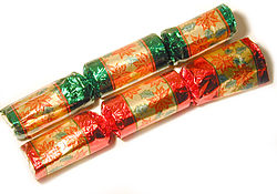 https://i2.wp.com/upload.wikimedia.org/wikipedia/commons/thumb/6/6c/ChristmasCrackers_2.jpg/250px-ChristmasCrackers_2.jpg