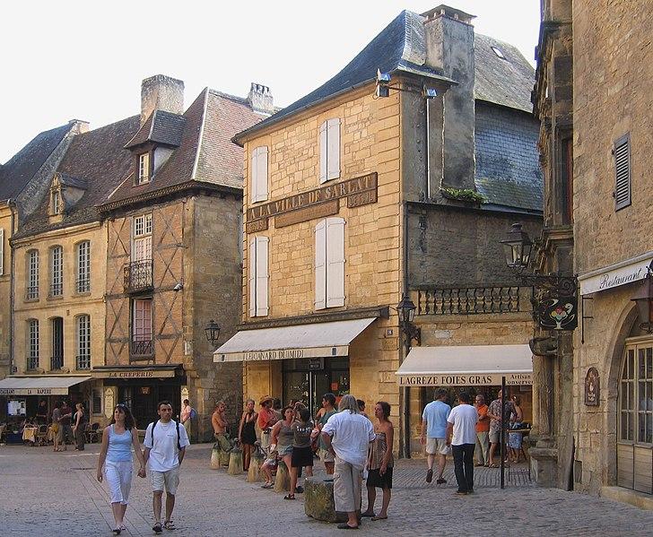 File:Sarlat-la-Canéda-Place.jpg