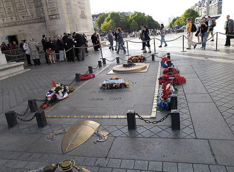 Tombe du soldat inconnu sous l'arc de Triomphe