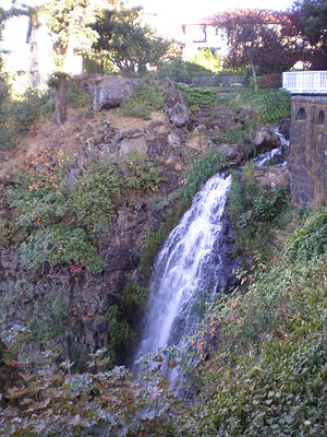 English: Waterfall at Columbia Gorge Hotel, Ho...