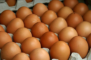 Deutsch: Palette mit Hühnereiern auf dem Woche...