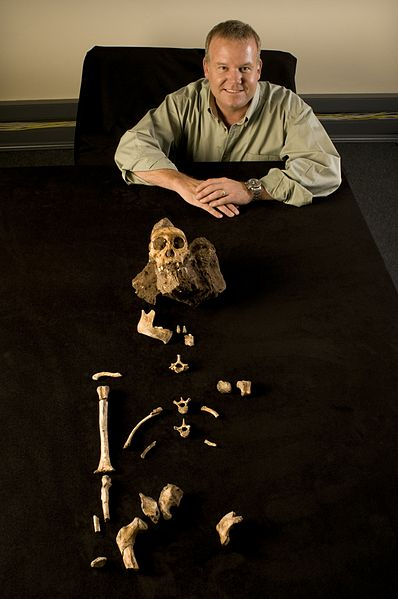 File:Lee Berger and Australopithecus sediba.JPG
