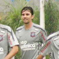 Foto mostra zagueiro Paulo André do Corinthians olhando para bunda do Alexandre Pato no vestiário
