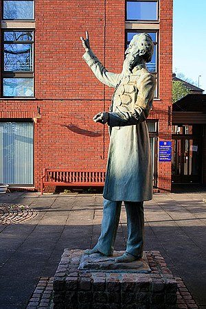 English: Statue of William Booth Outside his b...