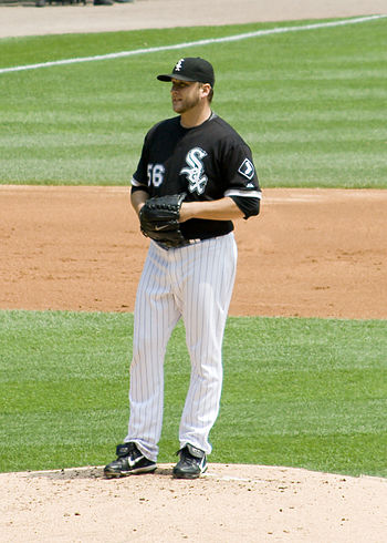 English: Mark Buehrle takes a sign during his ...