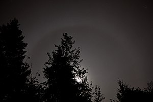 English: The moon with a 22° Halo. Deutsch: Ei...