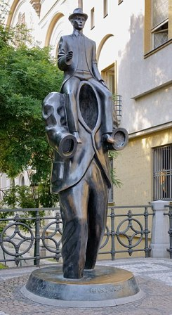 Kafka statue Prague» por Photo: Myrabella / Wikimedia Commons. Disponible bajo la licencia CC BY-SA 3.0 vía Wikimedia Commons