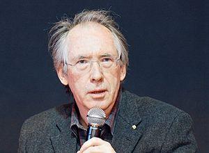 Ian McEwan au salon du livre de Paris 2011.