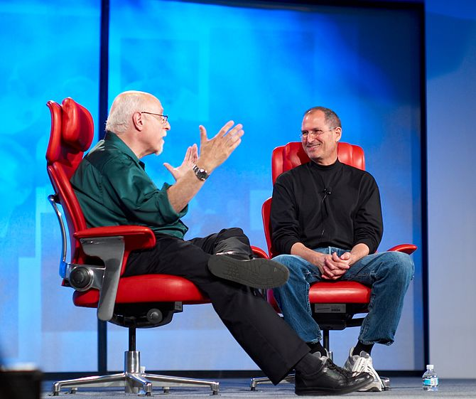 English: Steve Jobs and Walt Mossberg at the A...