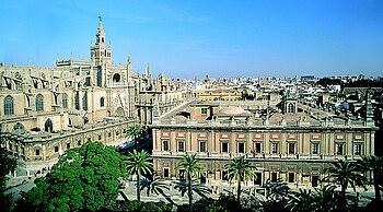 Vista de la Catedral de Sevilla y del edificio del Archivo General de Indias