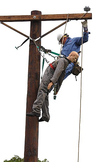 English: Ameren lineman practicing a rescue.