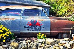 English: An Antique Car!