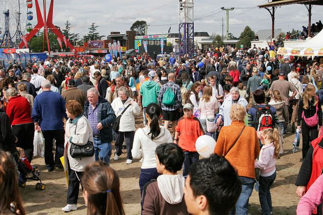 Crowds - 2005 Melbourne Show image by Fir0002 GFDL