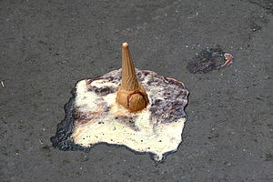 English: ice cream cone in the street