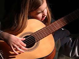 https://i2.wp.com/upload.wikimedia.org/wikipedia/commons/thumb/7/76/Guitarist_girl.jpg/256px-Guitarist_girl.jpg
