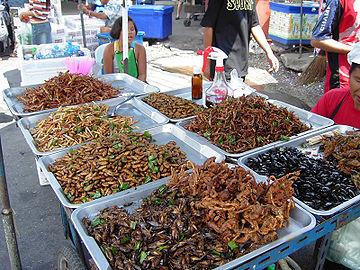 Serangga Goreng dijual sebagai camilan