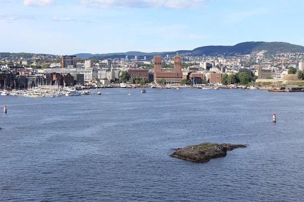 Rådhuset sett fra fjorden i Oslo