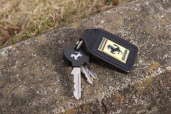 English: An Engine key of Ferrari car 日本語: フェラ...