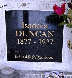English: Urn-grave of Isadora Duncan in the co...