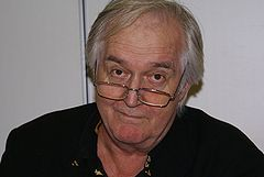 https://i2.wp.com/upload.wikimedia.org/wikipedia/commons/thumb/7/77/Henning_Mankell01.jpg/240px-Henning_Mankell01.jpg