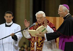 Português: Papa Bento XVI durante cerimônia re...