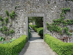 English: Door into the fruit garden at Strokes...