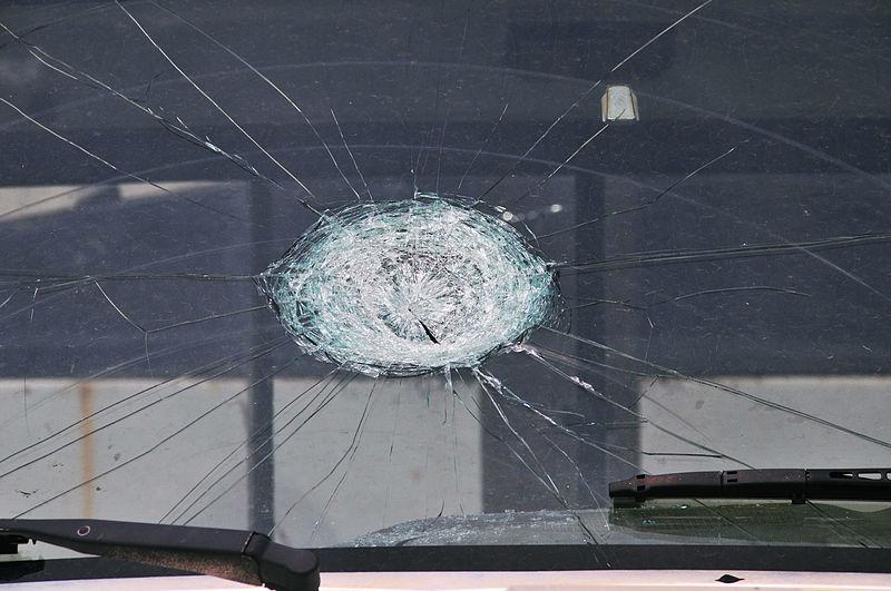 Archivo: FEMA - 44376 - parabrisas camión con daños por granizo en OK.jpg