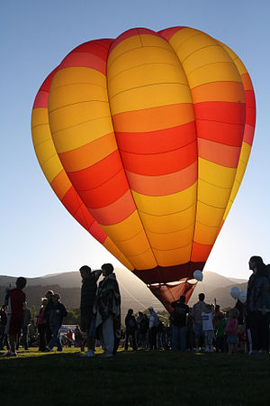 English: Hot air balloon back-lit by early sun...