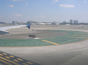 Taxiing at Los Angeles International Airport (...