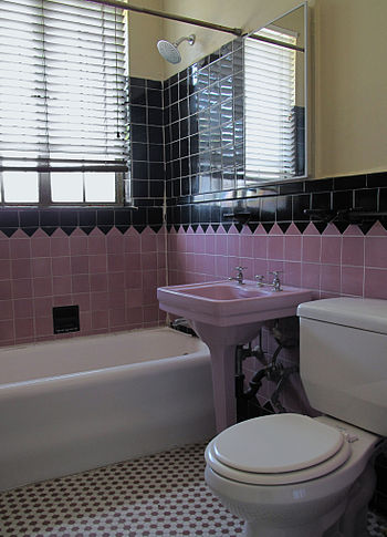 English: Bathroom in 1920s apartment house wit...