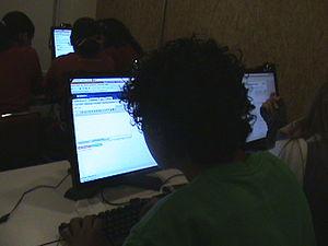 Español: Foto de alumnos interactuando con rec...