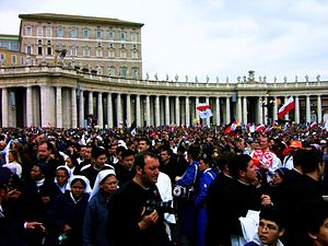 English: Crowd assembling for John Paul II's f...