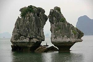 English: Kissing Rocks in Halong Bay in Vietnam