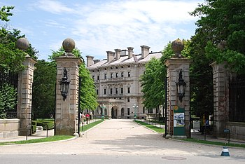 English: Gateway to The Breakers in Newport, R...