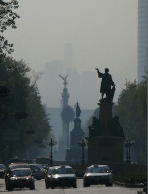 English: Smog over Paseo de la Reforma, Mexico...