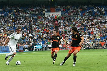 English: Sergio Ramos (in white) against Valencia.