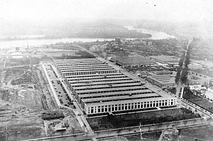English: Main Navy Building (foreground) and t...
