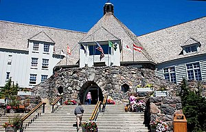 English: The main entrance of Timberline Lodge...