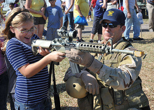 https://i2.wp.com/upload.wikimedia.org/wikipedia/commons/thumb/7/7e/US_Navy_091107-N-6214F-008_A_Navy_SEAL_shows_a_child_an_M4_carbine_during_the_2009_Veterans_Day_Ceremony.jpg/512px-US_Navy_091107-N-6214F-008_A_Navy_SEAL_shows_a_child_an_M4_carbine_during_the_2009_Veterans_Day_Ceremony.jpg