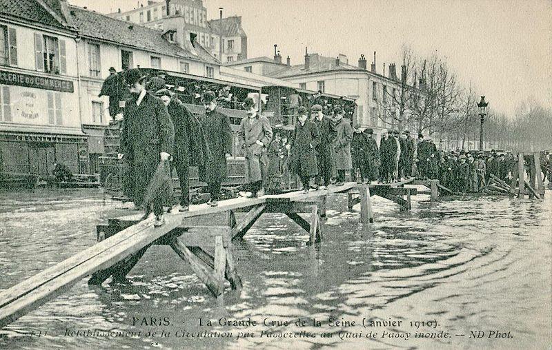 File:ND 141 - PARIS - La Grande Crue de la Seine - Rétablissement de la circulation par passerelles au Quai de Passy inondé.JPG