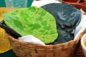 English: Blue and Nopal-flavored (green) tortillas